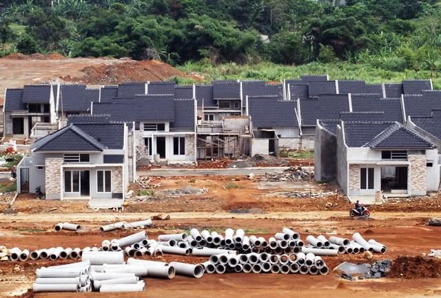 Kegiatan pembanguan sebuah perumahan bersubsidi di Kab. Bogor. Target penyaluran FLPP sebesar 58.672 unit baru tercapai 30 persen. Antara Foto/Yulius Satria Wijaya
