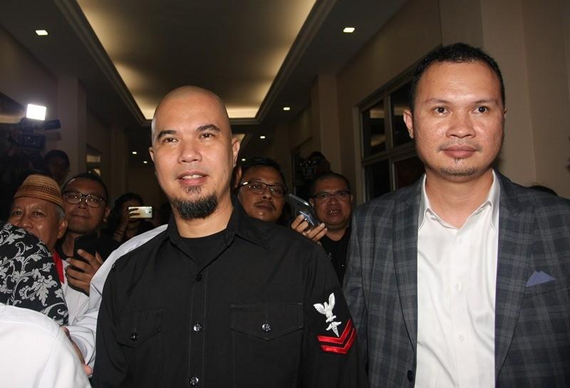 Tersangka kasus ujaran kebencian, Ahmad Dhani (kiri) saat di Polres Jakarta Selatan, Jakarta, Kamis (30/11).ANTARA FOTO/Reno Esnir.