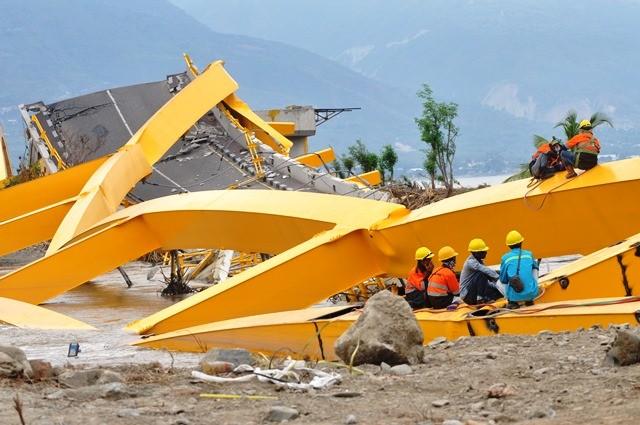 Pekerja sedang beristirahat di antara puting Jembatan Kuning yang merupakan penghubung Palu Barat dengan Palu Timur. Antara Foto/M Hamzah