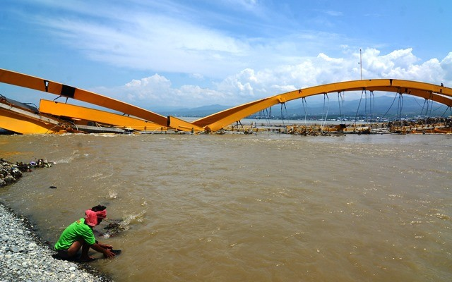 Reruntuhan baja dan beton kontruksi Jembatan Palu menghalangi aliran sungai dan rentan menimbulkan bajir. Antara Foto/Basri Marzuki