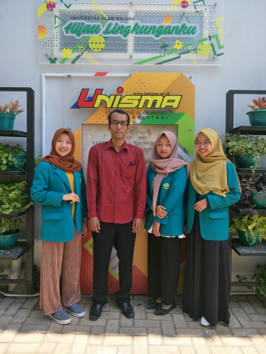 Tiga mahasiswa Unisma penggagas konsep Rainbow Plant City, bersama dosen pembimbing (baju merah), Humas Unisma.