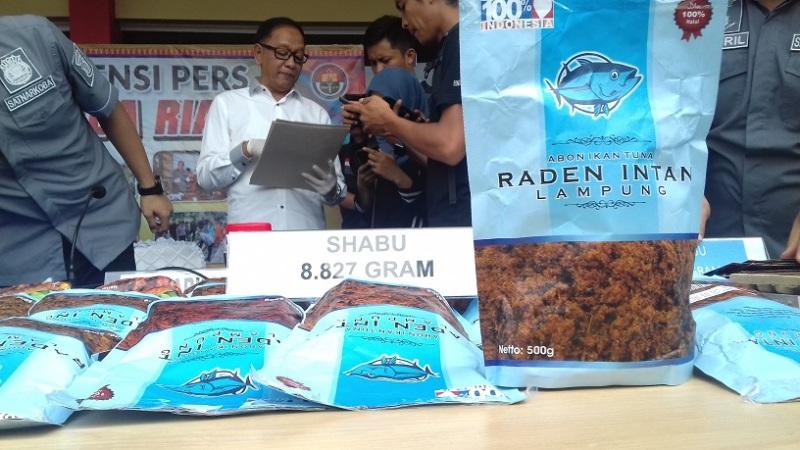 Jajaran Polda Riau dan Polresta Pekanbaru mengungkap kemasan baru narkoba yang digunakan sindikat narkoba, di Mapolda Riau, Kamis 25 Oktober 2018.
