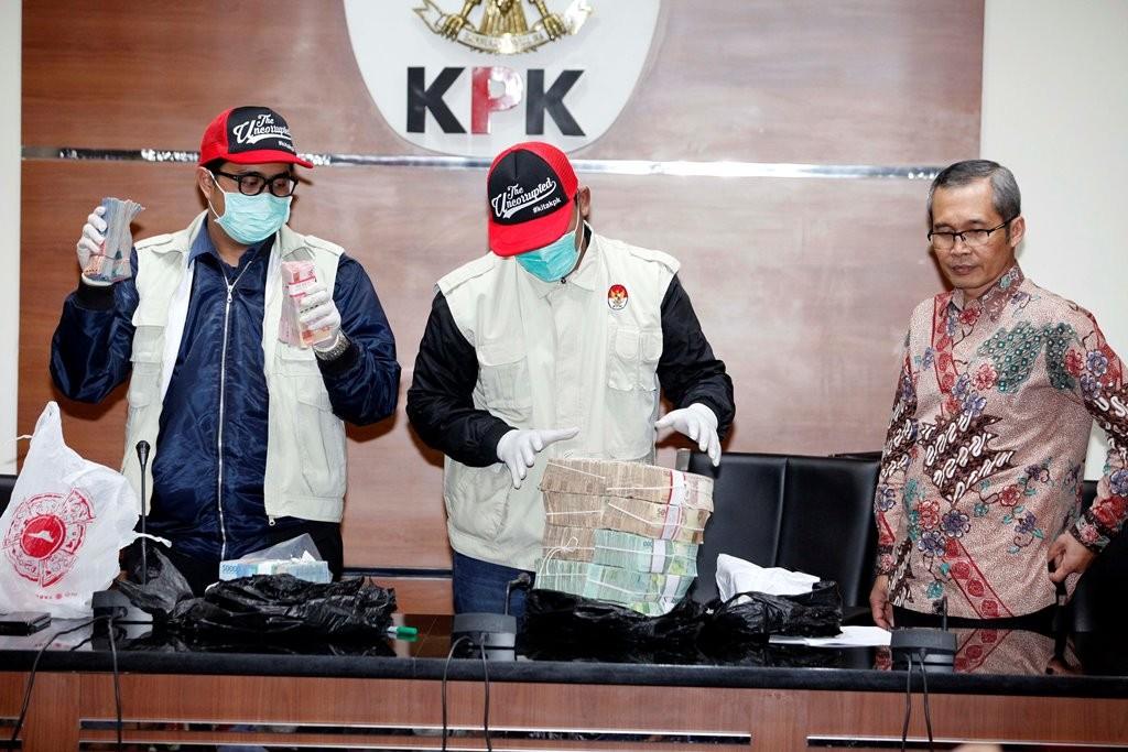 Wakil Ketua KPK Alexander Marwata (kanan) mendampingi penyidik KPK menunjukkan barang bukti hasil operasi tangkap tangan di Cirebon saat konferensi pers di KPK. MI/Rommy Pujianto.