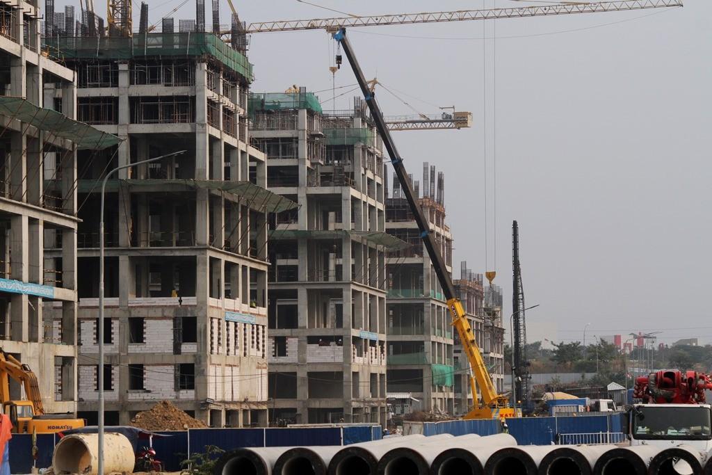 Pekerja beraktivitas di kawasan proyek pembangunan Apartemen Meikarta di Cikarang, Kabupaten Bekasi, Jawa Barat, Selasa (16/10/2018). ANT/Risky Andrianto.