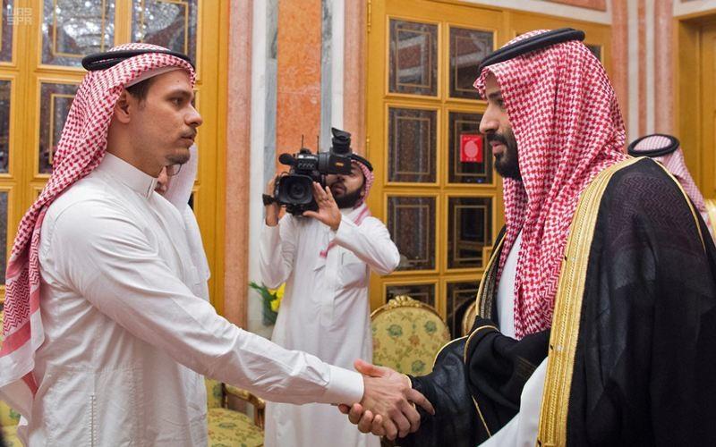 Salah Khashoggi (kiri), putra dari Jamal Khashoggi saat bertemu Pangeran Mohammed bin Salman, 22 Oktober 2018. (Foto: AFP).