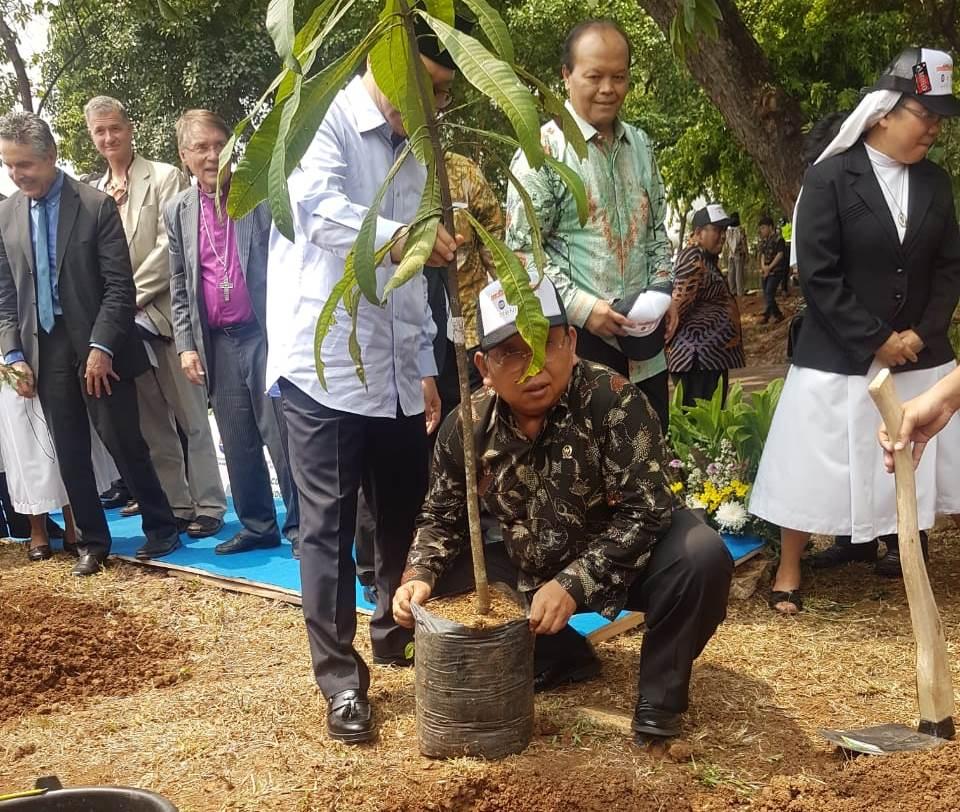 DPD RI yang diwakili Wakil Ketua Akhmad Muqowam bersama tokoh masyarakat dan agama menanam tiga pohon di taman depan komplek Parlemen (Foto:Dok.DPD RI)