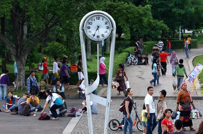 Sebuah jam menunjukkan pukul 17.35 WIB di kawasan Tugu Monas, Jakarta, Minggu (11/3). Foto: MI/Panca Syurkani