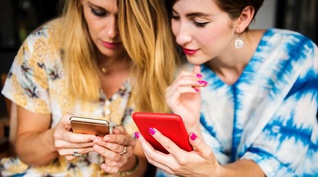 Benarkah sering intip media sosial buat wanita muda merasa kurang bahagia? Simak informasinya dari psikolog Efnie Indrianie, M.Psi. (Foto: Rawpixel/Unsplash.com)