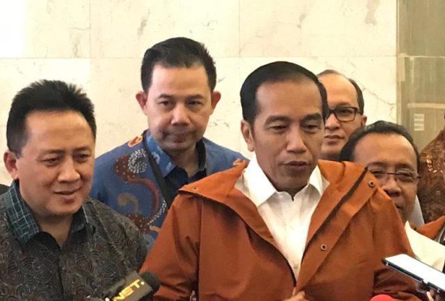 Presiden Jokowi menggunakan jaket hujan buatan Bandung. Foto: Medcom.id/achmad ZUlfikar Fazli.