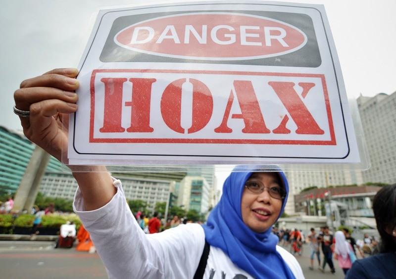 ILUSTRASI: Aktivis Masyarakat Anti Fitnah Indonesia (Mafindo) membentangkan poster yang berisi penolakan penyebaran hoaks di kawasan Bundaran HI, Jakarta/ANTARA/Yudhi Mahatma.