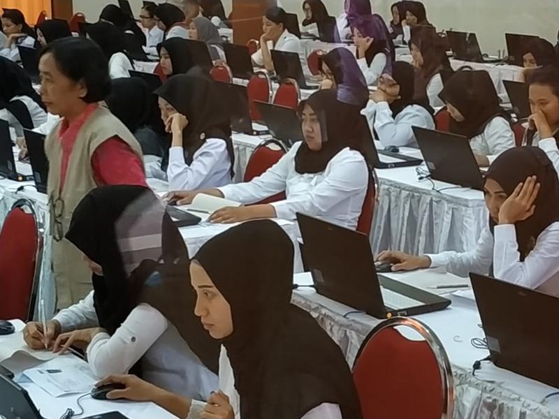 Peserta seleksi CPNS mengerjakan soal ujian saat tes. Medcom.id/Daviq Umar Al Faruq