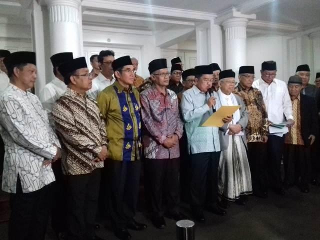 Wapres Jusuf Kalla bersama sejumlah pimpinan ormas Islam dan pejabat negara membacakan pernyataan bersama terkait insiden pembakaran bendera di Garut. Foto: Medcom.id/Arga Sumantri