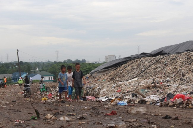 Anak-anak melintasi Tempat Pembuangan Sampah Terpadu Bantargebang, Bekasi, 16 Januari 2018. Foto: MI