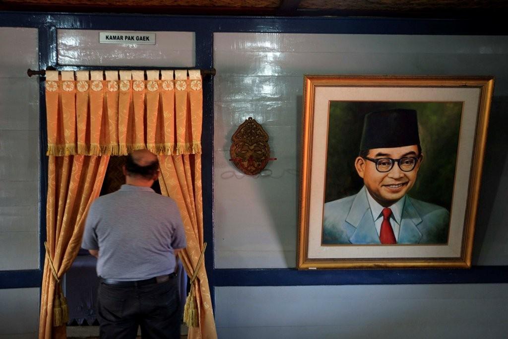 Wisatawan memerhatikan berbagai koleksi benda-benda bersejarah di Museum Rumah Kelahiran Bung Hatta di Bukittinggi, Sumatera Barat. (Foto: MI/Rommy Pujianto)