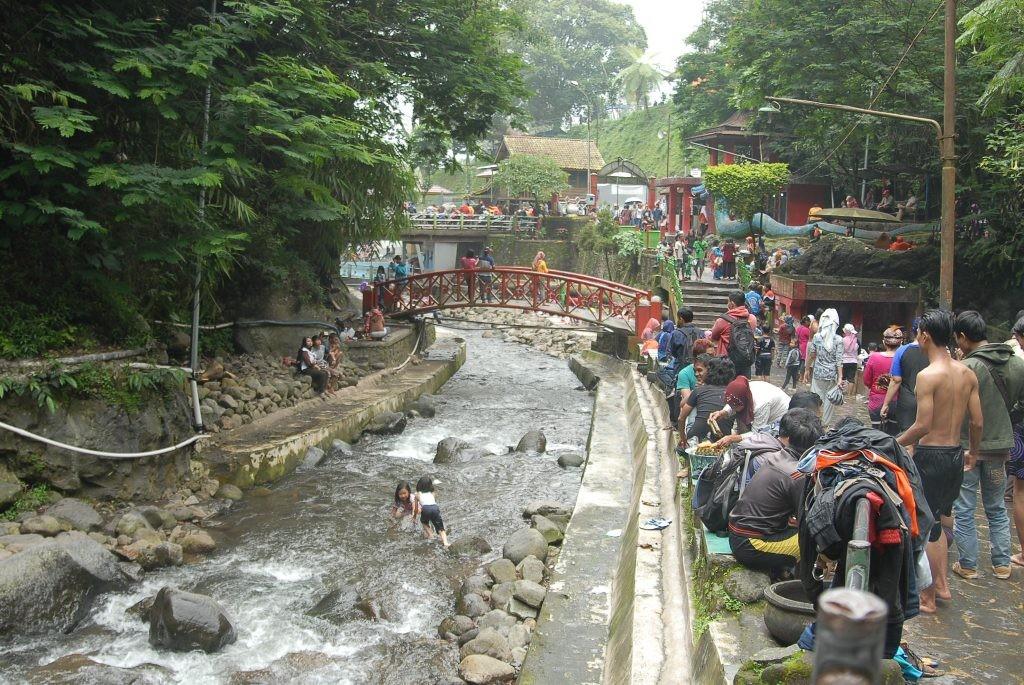 Sejumlah wisatawan menikmati liburan di obyek wisata Guci, Bumijawa, Kabupaten Tegal, Jawa Tengah. Medcom.id /Kuntoro Tayubi
