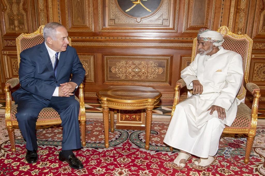 PM Israel Benjamin Netanyahu (kiri) bersama Sultan Qaboos di Muscat, Oman, 26 Oktober 2018. (Foto: AFP/Omani Royal Palace)