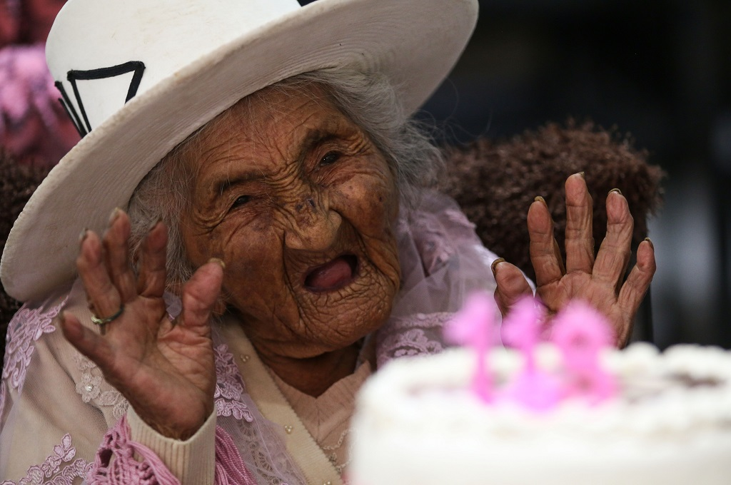 Julia Flores merayakan ulang tahun ke-118 di Sacaba, Bolivia, 26 Oktober 2018. (Foto: AFP/STR)