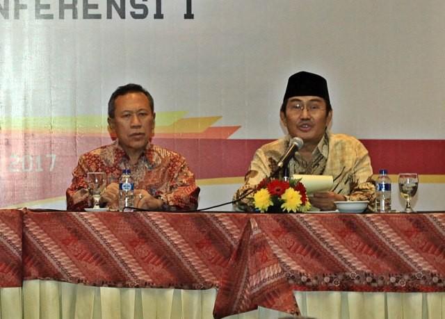 Syafiq Mughni (kiri) saat bersama Jimly Asshidiqie (kanan). Foto: MI/Galih Pradipta.