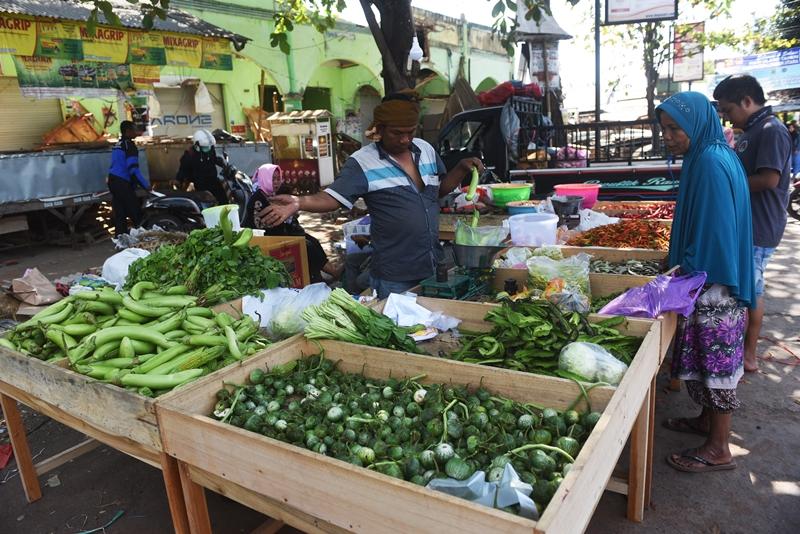 Pedagang melayani pelanggan, di Pasar Tanjung, Tanjung, Lombok Utara, NTB. Antara/Zabur Karuru