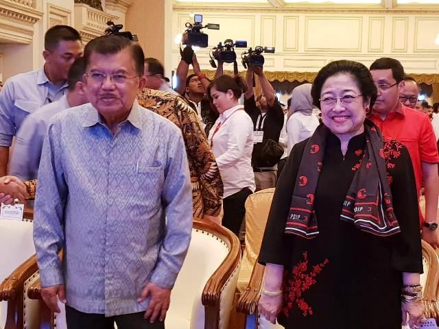 Ketua Dewan Pengarah TKN-KIK Jusuf Kalla dan Ketua Umum PDI Perjuangan Megawati Sukarnoputri menghadiri rapat kerja nasional TKN-KIK. Foto: Ist