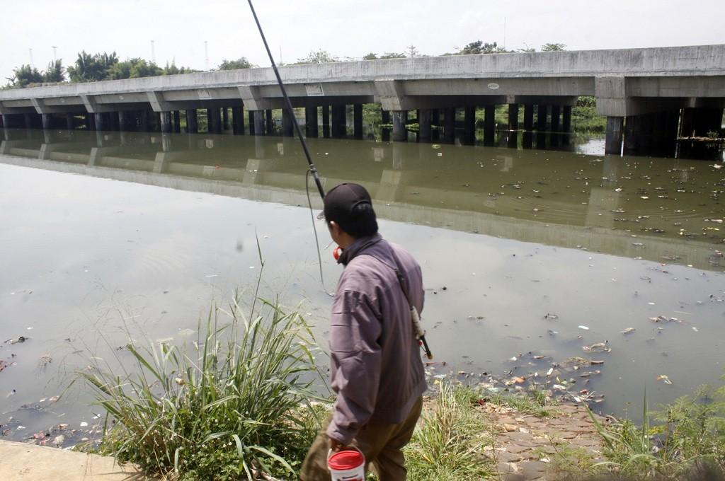 Warga memancing di Situ Pengarengan, Depok, Jawa Barat. MI/Bary Fathahilah
