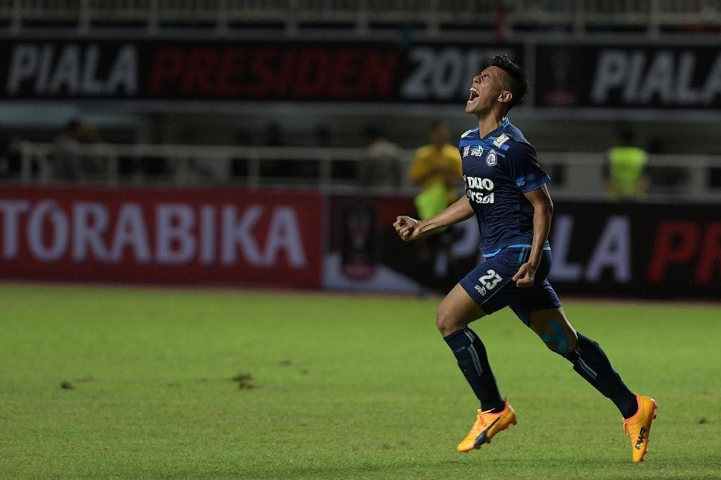 Pesepak bola Arema FC Hanif Abdurrauf Sjahbandi melakukan selebrasi usai berhasil mencetak gol ke gawang Pusamania Borneo FC. (ANTARA FOTO/Sigid Kurniawan)