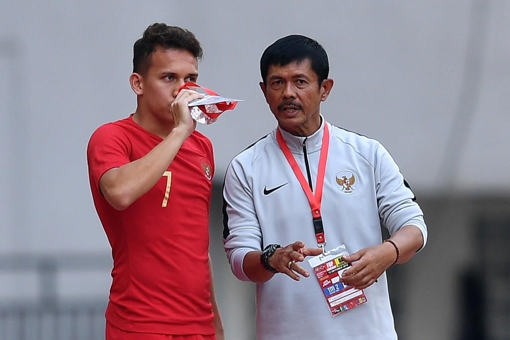 Pesepak bola Timnas Indonesia U19 Indra Sjafri (kanan) memberi instruksi kepada pesepak bola Timnas Indonesia U19 Egy Maulana Vikri. (ANTARA FOTO/Sigid Kurniawan)