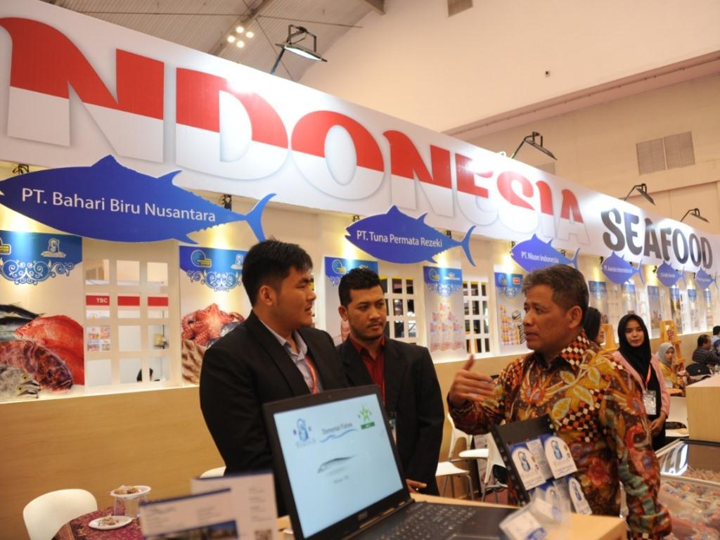 Dirjen Penguatan Daya Saing Produk Kelautan dan Perikanan (PDSPKP) Rifky Efendi Hardijanto (kanan) di pameran TEI 2018. Foto: Dokumen Istimewa.