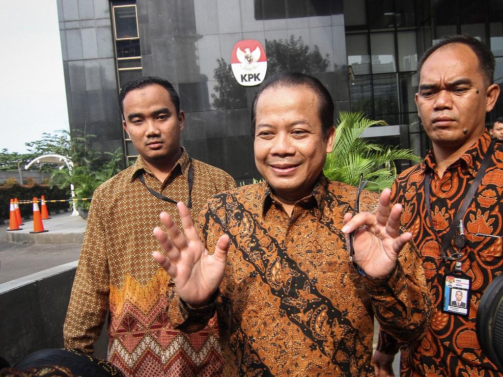 Wakil Ketua DPR Taufik Kurniawan (tengah) berbicara kepada wartawan seusai menjalani pemeriksaan di gedung KPK, Jakarta, Rabu (5/9). Foto: Antara/Dhemas Reviyanto.