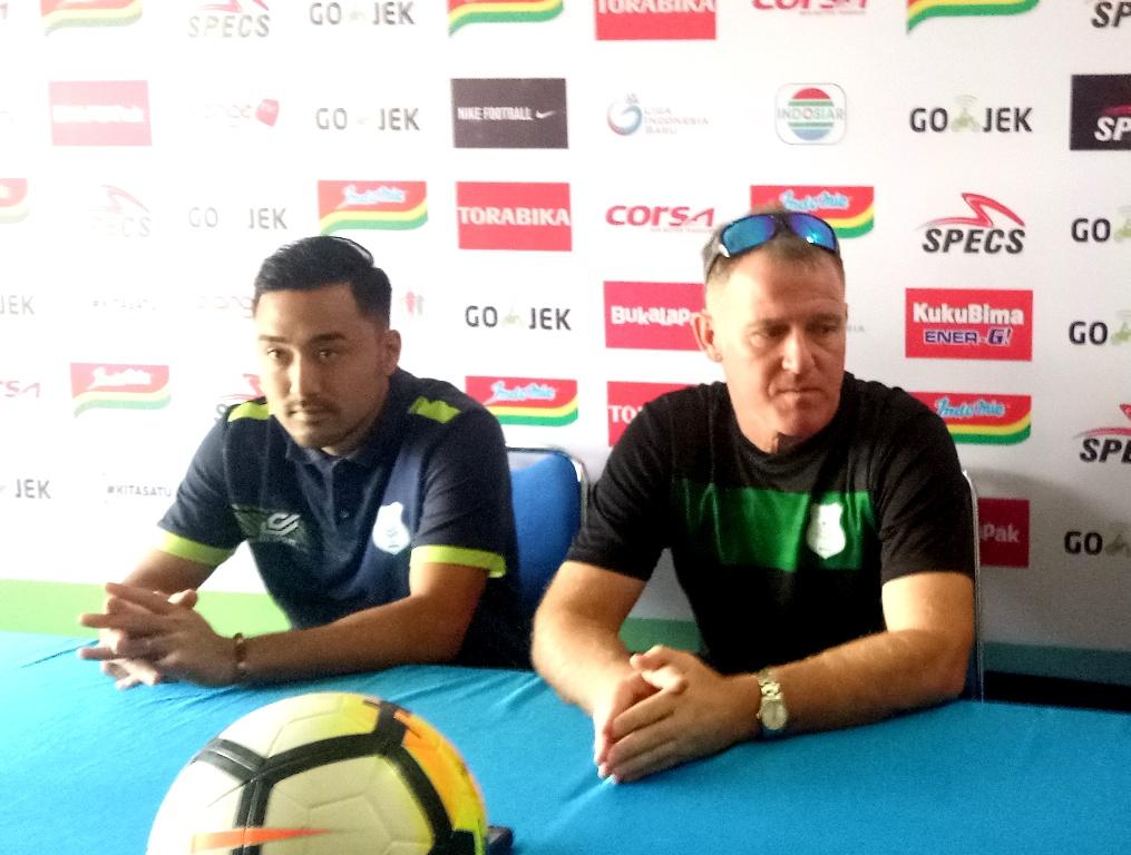 Pelatih PSMS Medan, Peter Butler dan Pemain PSMS Medan, Shohei Matsunaga. (Foto: Medcom.id/Daviq)