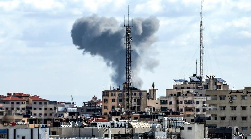 Serangan udara Israel yang menghantam sebuah wilayah di Gaza, Palestina, Sabtu 27 Oktober 2018. (Foto: AFP).