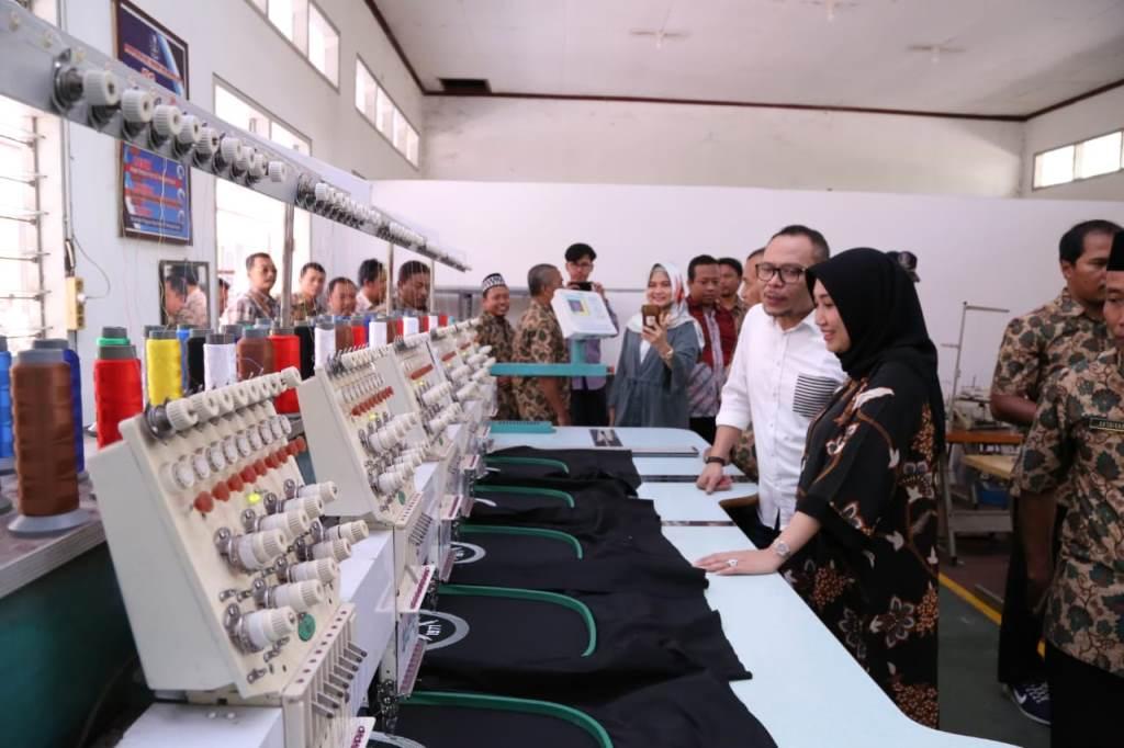 Menaker M Hanif Dhakiri meninjau Unit Pelayanan Teknis Pusat Balai Latihan Kerja Disnakertrans Provinsi Jawa Timur di Jember, Sabtu, 27 Oktober 2018 (Foto:Dok.Kemenaker)