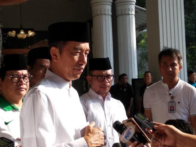 Presiden Joko Widodo usai memberangkatkan puluhan ribu santri dari Pendopo menuju Stadion Gelora Sidoarjo, Jawa Timur, Minggu, 28 Oktober 2018. Medcom.id/ Syaikhul Hadi.