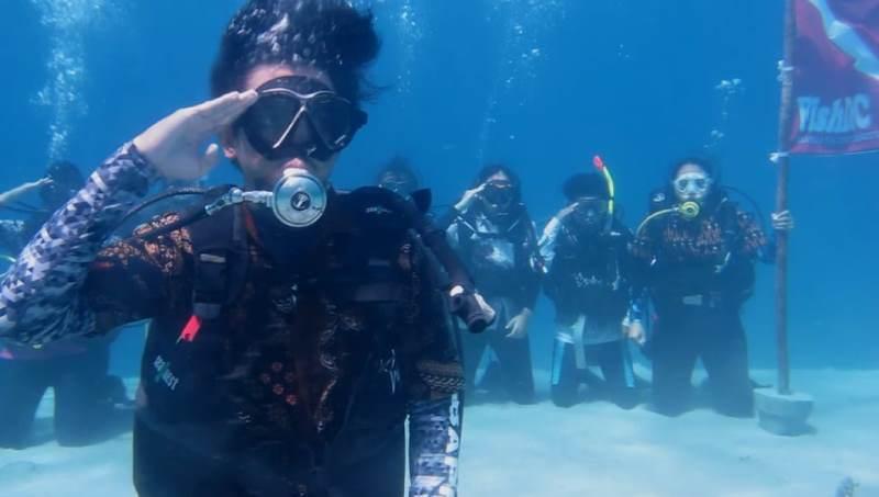 Upacara di bawah laut di kawasan TWAL Pulau Moyo, Sumbawa, Nusa Tenggara Barat, Minggu, 28 Oktober 2018. (Dokumentasi Tim FISHDIC FPIK UB)