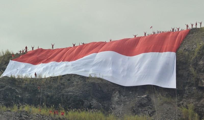 Ilustrasi Bendera merah putih raksasa dibentangkan di puncak bukit Karang Putih, Indarung, Padang, Sumatera Barat, Kamis (17/8). ANTARA FOTO/Iggoy el Fitra.
