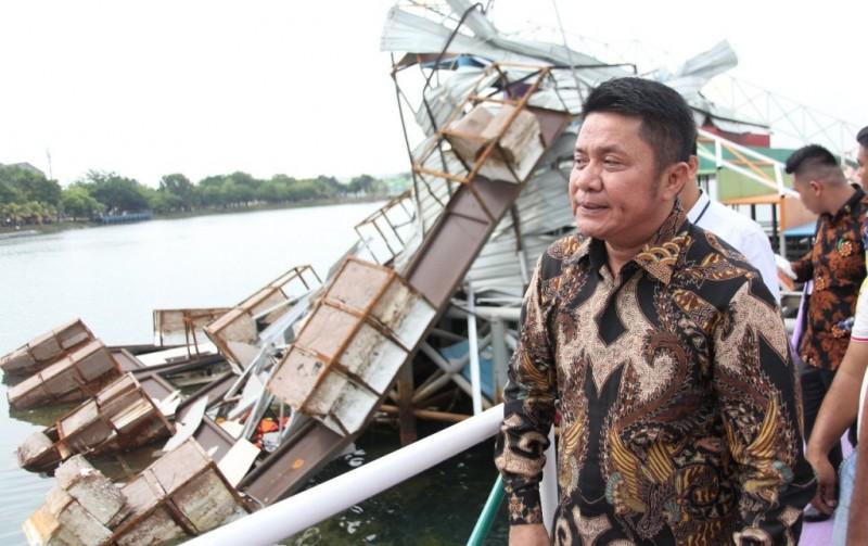 Gubernur Sumsel Herman Deru saat meninjau kerusakan Jakabaring Sport City akibat angin kencang (Foto: medcom.id/Deddy Pranata)