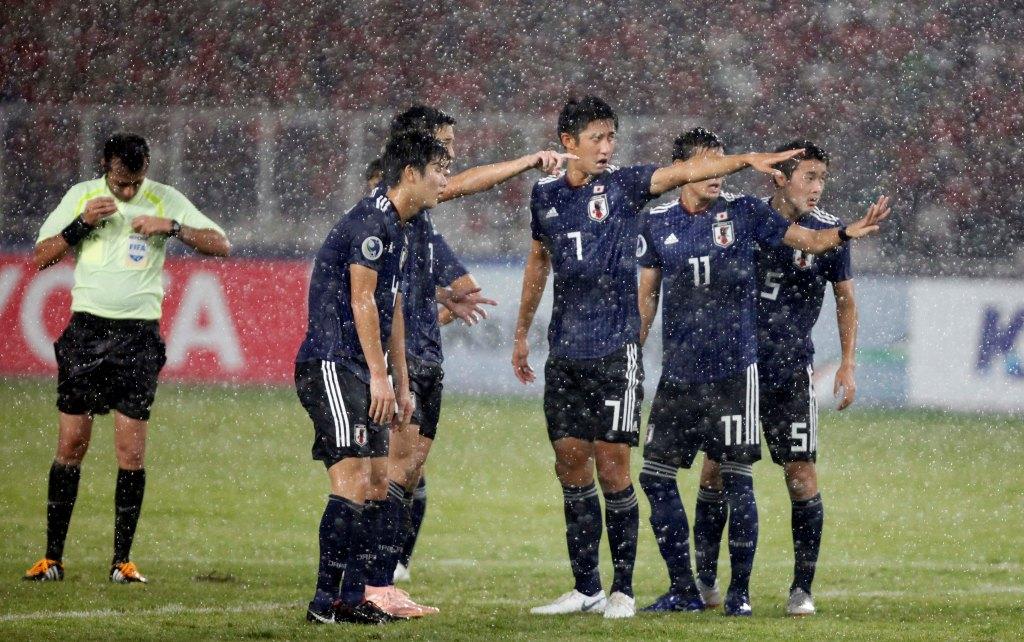 Momen saat para pemain Jepang U-19 diguyur hujan deras saat menghadapi Indonesia U-19 (Foto: MI/Rommy Pujianto)