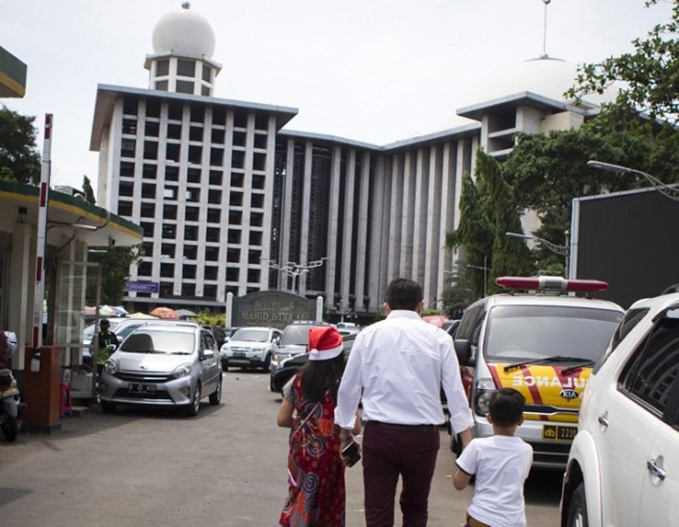 Ilustrasi. Umat Katolik menuju parkiran Masjid Istiqlal seusai mengikuti Misa Anak di Gereja Katedral, Jakarta, Jumat 25 Desember 2015. Ini bentuk toleransi yang dijalin antara panitia Gereja Katedral dan pengelola Istiqlal. Foto: MI/Atet Dwi P