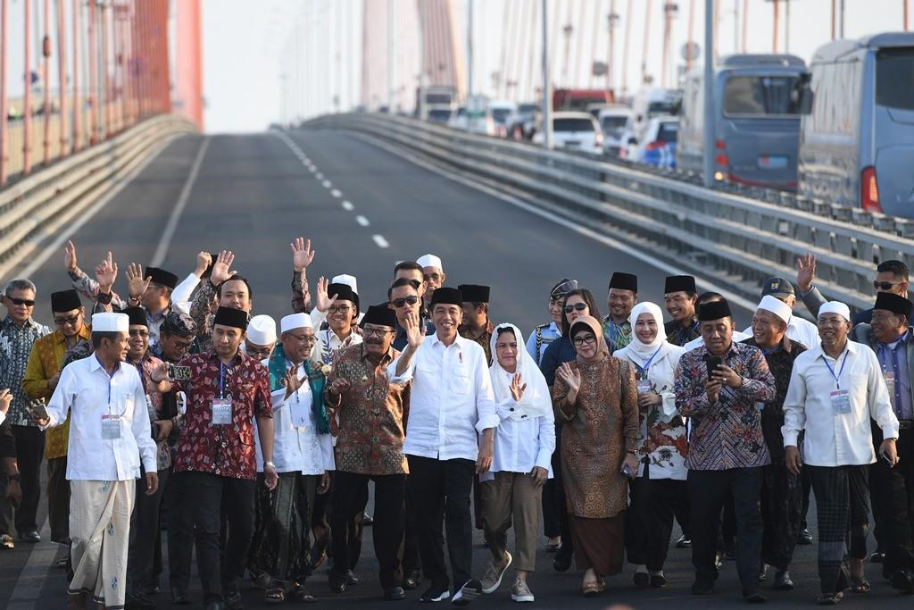 Presiden Joko Widodo (tengah) didampingi Ibu Negara Iriana Joko Widodo (ketujuh kanan)  dan sejumlah ulama di Jembatan Suramadu. (ANT/ZAbur Karuru)