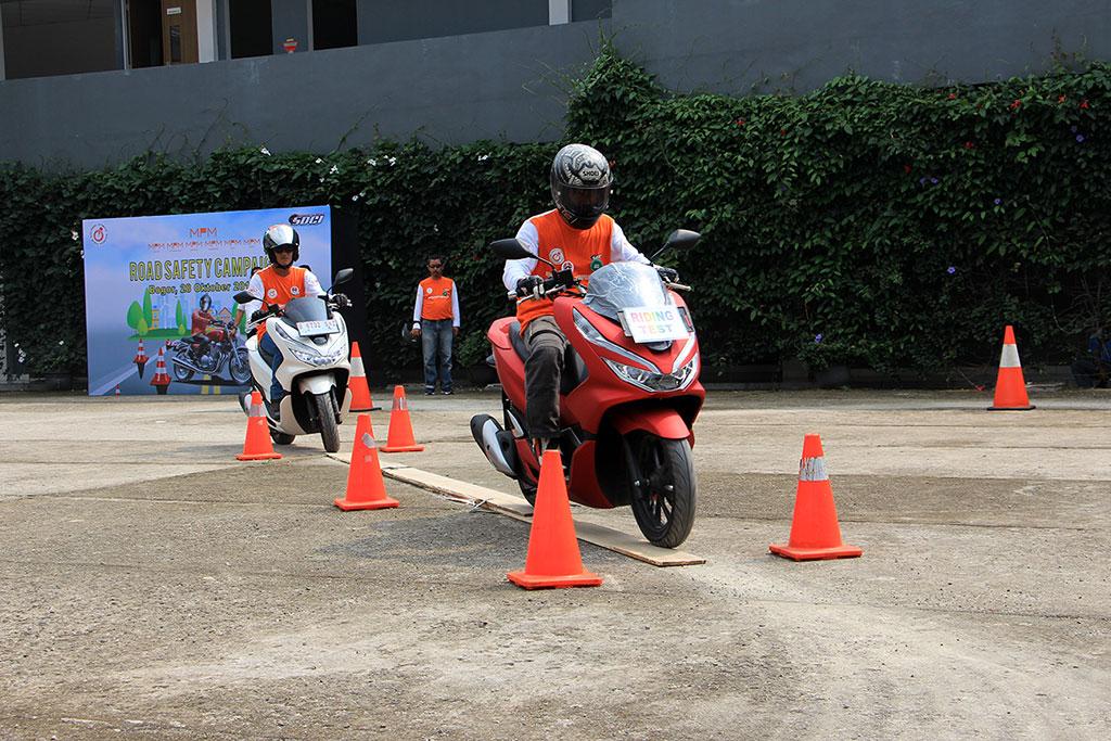 Puluhan bikers dari berbagai komunitas sepeda motor belajar safety riding. Forwot
