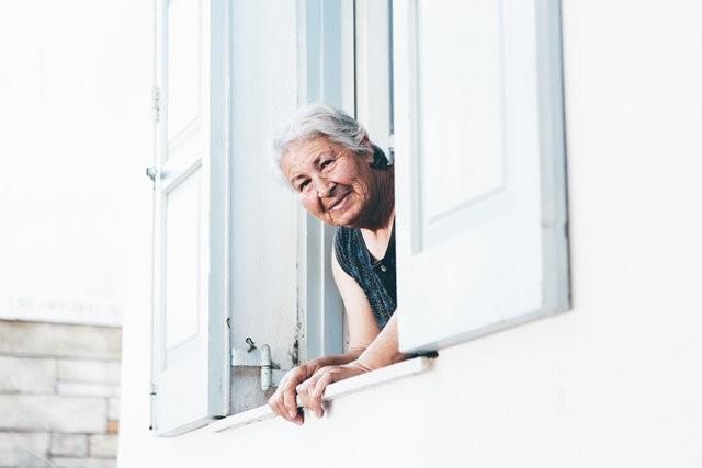 Sebuah penelitian terbaru menunjukkan bahwa mereka yang sudah berusia lanjut memiliki risiko yang cukup tinggi mengalami gangguan kesehatan mulut. (Foto: Nick Karvounis/Unsplash.com)