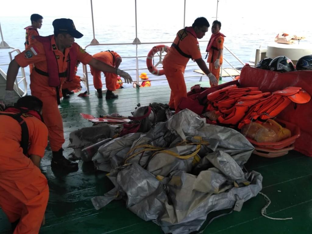 Tim Basarnas melakukan pencarian pesawat Lion Air yang jatuh di kawasan perairan Karawang, Jawa Barat, Senin, 29 Oktober 2019. (Foto dokumentasi Basarnas)