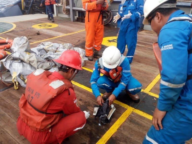 Awak kapal Pertamina mengamati serpihan pesawat Lion Air bernomor penerbangan JT-610 rute Jakarta-Pangkalpinang yang jatuh di laut utara Karawang, Jawa Barat, Senin (29/10/2018). ANTARA FOTO/HO-Pertamina.