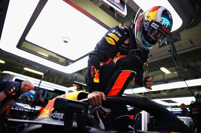 Daniel Ricciardo keluar dari mobil Red Bull. (Mark Thompson/Getty Images)