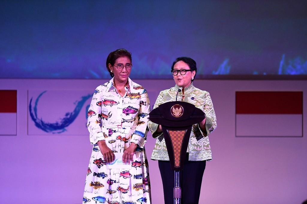 Menlu Retno Marsudi (kanan) dan Menteri KKP Susi Pudjiastuti saat menyampaikan welcoming remarks di Bali Nusa Dua Convention Center, Nusa Dua, Bali, 29 Oktober 2018. (Foto: ANTARA FOTO/media OOC 2018/Rivan Awal Lingga/nym)
