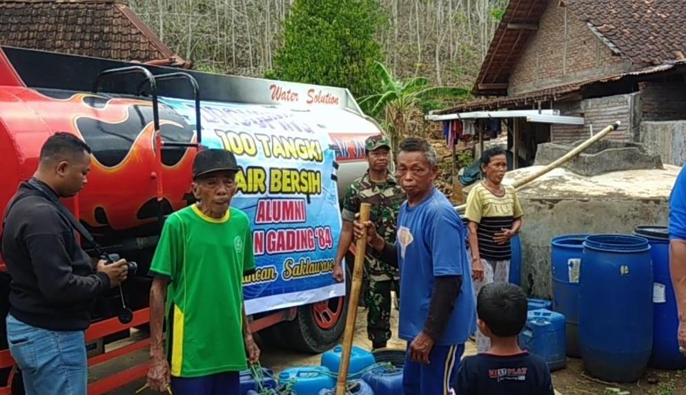 Warga Kecamatan Girisubo, Gunungkidul saat mendapatkan bantuan air bersih, Senin, 29 Oktober 2018. Medcom.id-Ahmad Mustaqim