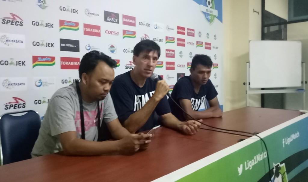 Pelatih Arema FC, Milan Petrovic (tengah) dan pemain Arema FC, Dedik Setiawan (kanan). (Foto: medcom.id/Daviq Umar)