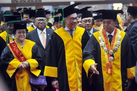 Anwar Ibrahim Terima Gelar Kehormatan dari Universitas Negeri Padang