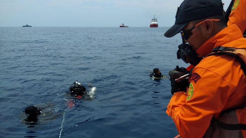 Personel Basarnas melakukan penyelaman untuk mencari korban pesawat Lion Air bernomor penerbangan JT-610 rute Jakarta-Pangkalpinang yang jatuh di laut utara Karawang, Jawa Barat, Senin (29/10/2018). ANTARA FOTO/H0-Basarnas.