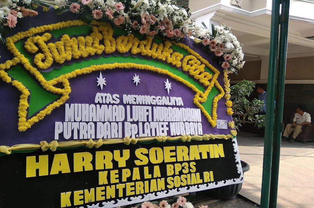 Karangan bunga duka cita di depan rumah Muhammad Luthfi Nurramdani, warga Bekasi yang menjadi korban pesawat Lion Air JT-610 jatuh di perairan Karawang, Senin, 29 Oktober 2018, Medcom.id - Antonio